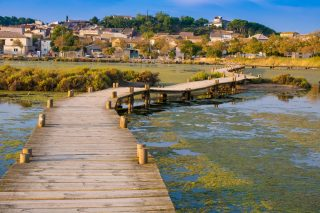 Un étang vraiment salé 🤭  Parmi les sorties du Parc naturel de la Narbonnaise en Méditerranée, «�Un étang dans l'étang�!�». Cette balade vous entraîne à découvrir Le Doul, un étang enclavé dans l'étang de Bages-Sigean. Il est le plus salé des étangs français�! À arpenter sur sa passerelle en bois qui l'enjambe ou à fleur d'eau. Niveau facile, 5 km, idéal avec des enfants à partir de 8 ans 👍  📍⠀Peyriac-de-Mer - @narbonnetourisme  🧐⠀Le 8 octobre à 14h30. RDV parking tennis route de Bages à Peyriac-de-Mer. Gratuit. Résa�: 06 18 75 43 19. Rens.�: 04 68 42 23 70. Programme complet sur parc-naturel-narbonnaise.fr. 📷⠀© C. Deschamps/ADT Aude Tourisme ou S. Alibeu/ADT Aude Tourisme  #journaldesplages #media #hebdogratuit #littoral #suddelafrance #southoffrance #suddefrance #occitanie #mer #plage #hérault #gard #aude #pyrénéesorientales #vacances #loisir #été #summer #découverte #tourisme #balades #occitanietourisme #tourismeoccitanie #trip #balade
