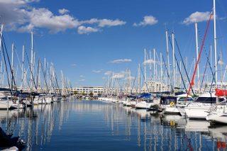 Flaner à Port Camargue 😍🤗  📷⠀© DR  #journaldesplages #media #hebdogratuit #littoral #suddelafrance #southoffrance #suddefrance #occitanie #mer #plage #hérault #gard #aude #pyrénéesorientales #vacances #loisir #été #summer #découverte #tourisme #balades #occitanietourisme #tourismeoccitanie #trip #portcamargue #boat