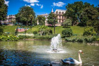Un jardin pour rêver ✨🤗  Le Plateau des Poètes est un jardin à l'anglaise du XIXème siècle, véritable poumon vert au centre-ville de Béziers. Agrémenté de nombreuses fontaines, c'est le lieu idéal pour y déguster une glace à l'ombre les jours de forte chaleur, sous le regard immuable des statues dédiées aux poètes biterrois.  📍⠀Béziers 🧐⠀Information auprès de l'Office de Tourisme - 04 99 41 36 36 - @beziers_mediterranee_tourisme  📷⠀© Karine Grégoire  #journaldesplages #media #hebdogratuit #littoral #suddelafrance #southoffrance #suddefrance #occitanie #mer #plage #hérault #gard #aude #pyrénéesorientales #vacances #loisir #été #summer #découverte #tourisme #balades #occitanietourisme #tourismeoccitanie #trip #balade