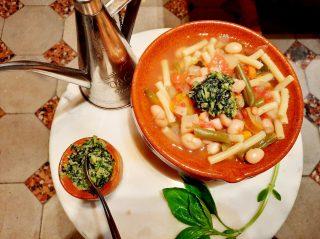 🚨 Le remède anti nostalgie de rentrée : recette de la soupe au pistou 😋  L'été n'est pas terminé, et quand bien même, l'automne sur la Côte Occitane réserve encore bien des plaisirs. Dont celui d'une soupe que l'on dit provençale mais dont les origines sont avant tout méditerranéennes.  🍅. Les tomates sont à point, juteuses, pulpeuses... 🥬. Les haricots verts sont un peu gros, coupez-les en petit morceaux, vérifiant ainsi de ne pas laisser de fil... 🥒  Les courgettes volumineuses, enlevez les graines centrales. 🍴  Enfin et surtout, écossez les cocos blancs et rouges frais : ils seront le caviar à gros grain de votre plat. 🥕  Débitez carottes, pommes de terre, voire céleri rave, le tout coupé en très petits morceaux pour qu'ils fondent à la cuisson lente, on ajoutera du liant au bouillon. 🥩  Vous pouvez agrémenter votre bouillon avec un peu de poitrine fraîche, soit du tendron de veau.  Enfin, hors du feu surtout - sinon il perd son goût - le Pistou (vient de Pistare qui en latin veut dire écraser, piler) écrasé avec ail et huile d'olive, apportera la touche finale à un plat où traditionnellement on ajoute de petites pâtes (coquillettes ou macaroni). On parsème - ou pas - de parmesan râpé, sinon on choisit du brebis des Pyrénées un peu sec.  Bon appétît 😋  © Arlette Chavanieu  #journaldesplages #media #hebdogratuit #littoral #suddelafrance #southoffrance #suddefrance #occitanie #mer #plage #hérault #gard #aude #pyrénéesorientales #vacances #loisir #été #summer #découverte #tourisme #balades #occitanietourisme #tourismeoccitanie #trip #faitmaison #cuisinemaison #miam