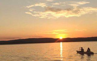 Balade en kayak au coucher du soleil + dégustation de vins = combo gagnant 😍  La balade en kayak vous emmène vers l'Île de L'Aute où, au cours d'un arrêt, vous dégustez les vins bios de vignerons indépendants locaux (avec modération bien-sûr). Au retour, à vous les petits coins magiques de la presqu'île des Oulous et la lagune au soleil couchant. Une expérience sublime !  📍⠀Sigean 🧐 Tous les mardis et vendredis, de 18h30 à 21h. Port-Mahon à Sigean. 30 € et 15€ pour les - de 10 ans (savoir nager est obligatoire). Rens. : 09 60 18 13 70. Résa : portmahonsigean.fr  📷⠀© Port Mahon  #journaldesplages #media #hebdogratuit #littoral #suddelafrance #southoffrance #suddefrance #occitanie #mer #plage #hérault #gard #aude #pyrénéesorientales #vacances #loisir #été #summer #découverte #tourisme #balades #occitanietourisme #tourismeoccitanie #trip #kayak #sunset #sun #soleil