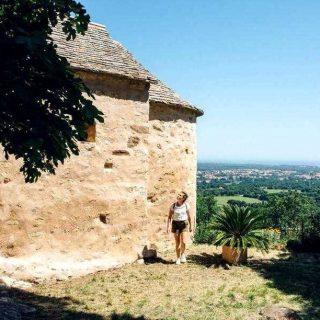 Un ermitage et la mer ✨  C'est l'une des plus belles balades pédestres d'Argelès-sur-Mer, celle qui conduit à l'ermitage Notre- Dame-de-Vie et à la chapelle Saint-Jérôme de style préroman du Xe siècle. Vous traversez une forêt de chênes pubescents, passez devant des mas. De là- haut, un point de vue sublime sur le massif du Canigou, la plaine du Roussillon, les villages et la mer Méditerranée. La boucle de 9 km est à la fois facile et dure environ 2h (dénivelé 100 m).  📍⠀Argelès-sur-Mer - @argelessurmer 🧐⠀Départ du Parc de Valmy, la randonnée est balisée. Gratuit. Rens. : 04 68 81 15 85. argeles- sur-mer.com 📷⠀© L'oeil d'Eos  #journaldesplages #media #hebdogratuit #littoral #suddelafrance #southoffrance #suddefrance #occitanie #mer #plage #hérault #gard #aude #pyrénéesorientales #vacances #loisir #été #summer #découverte #tourisme #balades #occitanietourisme #tourismeoccitanie #trip #balade